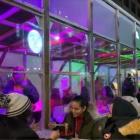 『店内飲食禁止のNYでのプレハブ的建屋内での路上店外飲食』の画像