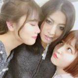 『【乃木坂46】乃木坂メンバーに至近距離で顔を挟まれるイケメンが羨ましすぎる・・・』の画像