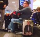 【画像】空港で荷物を間違えられないようにスーツケース一面に自分の写真を印刷したオッサンが話題に