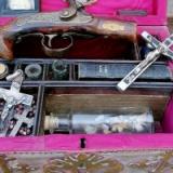 19世紀のヴァンパイア・ハンターの装備がオークションに出品される。これ、十字架投げるやつやな