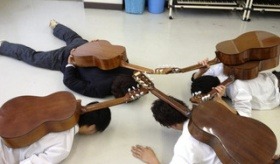 【写真】     日本の学生が ツイッター画像投稿した ギターを背負って 這いつくばる 虫の写真を見ていこうぜ。   海外の反応