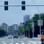 【動画】中国、交差点の信号が見えない…!? まさかの信号機を前後逆に設置!www