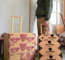 """【画像】 職人「桐箪笥でキャリーバッグ作ってみた。桐箪笥""""風""""じゃなくてガチの桐箪笥で」"""