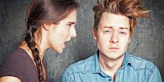 【ヤバい嫁】嫁に足踏まれて「痛えな…」と呟いたらヒス発症→トイレへ籠城したので放っといたら「外から鍵かけてるでしょ!!開けろコロすぞ!」