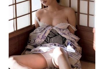 高嶋香帆のブラジャーをだらしなくずらして見えそうな乳首