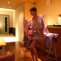 浜崎あゆみ、ピンクのミニ丈フリル衣装で美脚披露に「床の切り替わりのところが歪んでるな」「インスタ芸人」