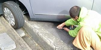 【馴れ初め】前の車が側溝に脱輪して運転手の女の子が困り果てた顔をしていたので、なんとか助けてあげた。その後名前を聞かれて…