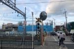 線路を渡ると青いろフェンスの建物が!交野市駅前に作ってるのはシャーメゾン!