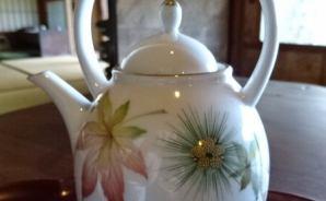 美しい絵柄の酒器で飲む紅茶