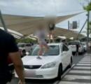 9歳少女ふたりが商業施設の駐車場でやりたい放題。Fワード連呼しながら車のボンネットで飛び跳ねる