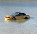 米国製オープンカーが爆発 「車で干潟に入ってしまい、抜け出せない」との110番通報 なお、車はレンタカーだという【沖縄】