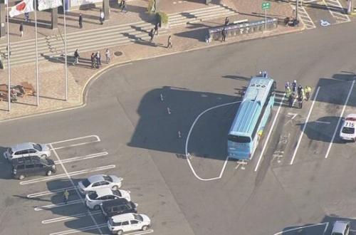 東北道のサービスエリアで靴紐を結び直していた女性が車カスの高速バスに轢かれてタヒいぬ。のサムネイル画像