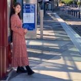 『ポートランドの街を走る路面電車の駅での1枚! 佇む姿も絵になる桜井さん【乃木坂46】』の画像