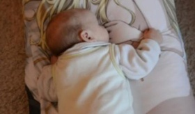 【日本のオタク文化】  外国で 史上最年少の赤ちゃんが 抱き枕 を気持ちよさそうに使っている画像。    海外の反応