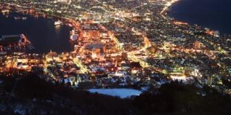嫁と函館に旅行した。ロープウェイで函館山に上って夜景を見たが、その美しさが衝撃だった