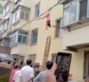 中国でアパートの5階から下着美女が落下 運良く電線に引っかかり命拾い さすが雑技団国家