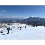 『バックカントリースキーイング。青空の下、スキーを楽しめました。』の画像