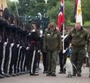【画像】ペンギンが准将に昇進? ノルウェー近衛部隊の前を堂々と歩くナイトの称号を持つペンギン「ニルス・オーラヴ卿」が話題に