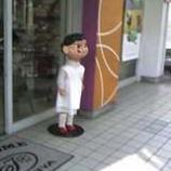 『街角でたたずむ少女』の画像