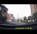 【動画】小学生を轢きそうになった運転手がブチギレ