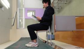 【画像】  何がおかしい? 日本の学生が ツイッターに 画像投稿した 椅子を使った トリック写真一覧。   海外の反応