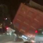 【動画】中国、トラックが走行中に路面が突然陥没!タイヤがズボッと穴にハマる!