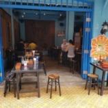 『【乃木坂46】海外のカフェの写真見てたら乃木坂のスマホケースが写り込んでてワロタwwwwww』の画像