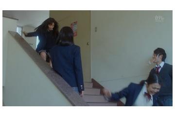 広瀬すずの制服で階段降りてエロいパンチラ