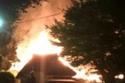 【社会】宿泊客の打ち上げ花火がかやぶき屋根に燃え移り、宿泊施設が4棟全焼。大分県中津市