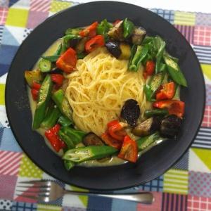 さっぱりで食べやすい♪夏野菜の釜玉パスタ