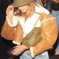 【美腹をチラリ…!?】ジャスティン・ビーバーとヘイリー・ビーバーがお出かけ!Hailey Bieber heads home with husband Justin