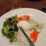『ハワイの定番料理「ロミロミサーモンとアボカドわさびのポキライスボウル」』の画像
