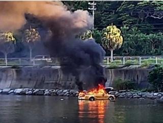 【悲報】20代男女、高級外車(レンタカー)で干潟に侵入した結果、抜け出せなくなる → 爆発炎上