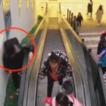 【動画】中国、悪ガキがエスカレーターの外側の隙間を歩いているとズドーンと消える [海外]