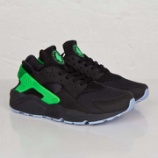 『sneakersnstuff にて NIKE AIR HUARACHE Black/Poison Green発売開始』の画像
