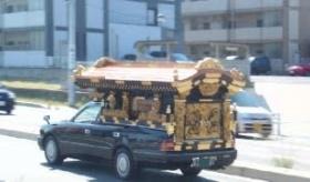 【日本文化】    日本の霊柩車  は西洋の車に 伝統の神輿を乗っけてるみたいだな。   海外の反応。