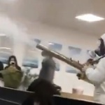 【動画】中国、新型ウイルス、消毒班はビル内にも入ってきてお構いなしに消毒剤を散布 [海外]