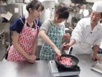 【モーニング娘。'16】黒木料理長、フライパンに入れた生肉を掴んで離さない佐藤優樹の手を雑に箸で払うw