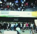 バスの下敷きになった老婆を助けるために100人が協力してバスを持ち上げる