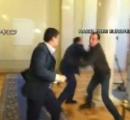 ウクライナ議会で国会議員同士が殴り合い