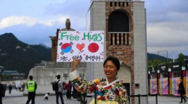 朝日新聞「韓国人と日本人つながれる。隣国の友好を諦めないという強い思い」