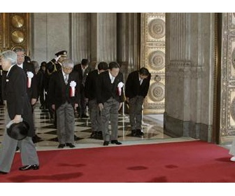秋篠宮殿下ご夫妻に対し「早く座れ」民主議員 「聞こえないように言った。つぶやいただけだ」