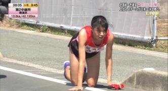 【画像】女子駅伝で岩谷産業の飯田怜選手が走行不能に 四つん這いでゴール