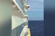 【インスタ映え】クルーズ船の柵乗り越え自撮り、女性が生涯乗船禁止に