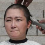 【韓国】ムン大統領抗議で女性議員が頭を丸ボウズ!バリカンがHITACHI製で炎上! [海外]