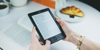 本好きの私は電子書籍でよく読んでいる。友人を部屋に招いたとき、本の無い部屋を見て…