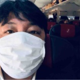 『普段はマスクなんてしないが、この時期に飛行機に乗るので、さすがにマスクをした。ついでにヅラ疑惑粉砕』の画像