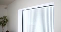 リビングの窓と明るい家