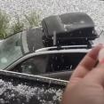 真夏なのにイギリスで雹が降った!車と家の窓に穴空いちゃう!