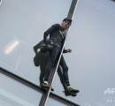 スパイダーマン、スカイパーに登って逮捕